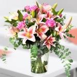 Cam Vazoda Pembe Çiçekler