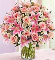 Vazoda Pembe Gül Ve Lilyum Çiçekleri
