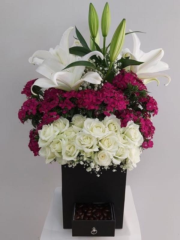 Cam Vazoda Karışık Renkli Çiçekler