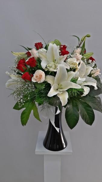 Siyah vazoda çiçek