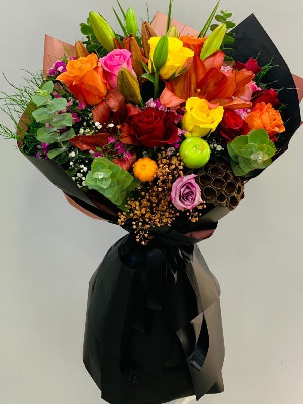 Siyah Ambalajda Renkli Çiçekler