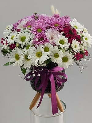Ayaklı Vazoda Renkli Kır Çiçekleri